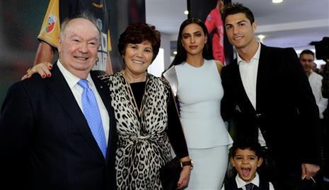 کریستیانو رونالدو در کنار همسر و مادرش
