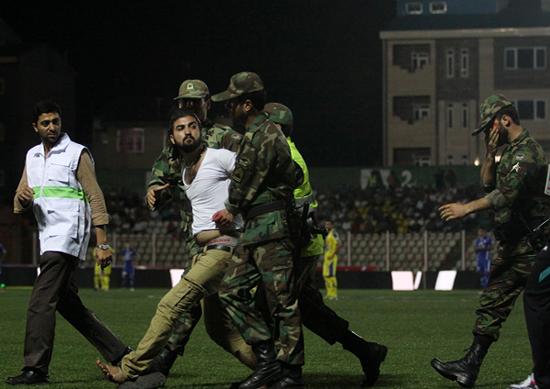 درگیری خونین در حاشیه بازی داماش-نفت  تصاویر
