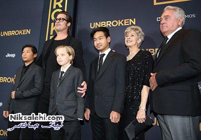 دختر آنجلینا جولی با لباس غیرمتعارف در کنار پدر و برادرانش