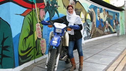 زن انگلیسی که ایران را با موتور گشت