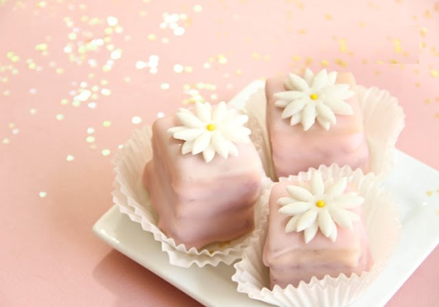 کیک پتی بور خوشمزه و ساده با رویه فوندانت مایع