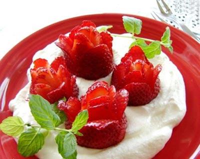 میوه آرایی با توت فرنگی به شکل گل های مختلف