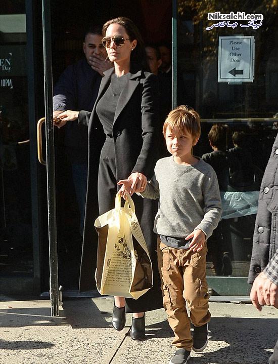 آنجلینا جولی و برد پیت و دوقلوهایشان در کتابفروشی