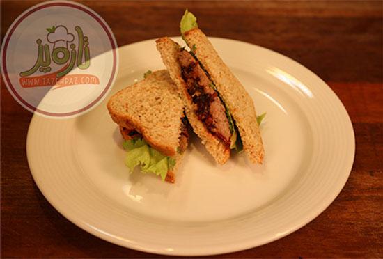 ساندویچ تست استیک با پیاز کاراملی
