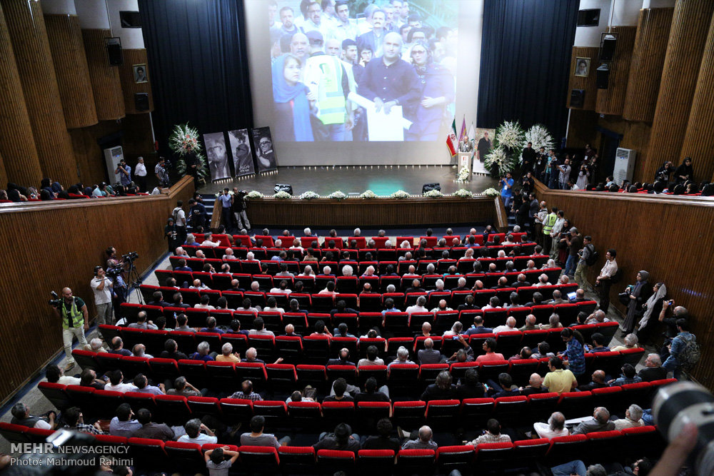 اشک های هنرمندان مشهور از هانیه توسلی تا داریوش مهرجویی در مراسم ختم کیارستمی! تصاویر