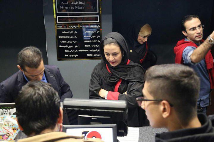 مریلا زارعی در حال فروش افتخاری بلیت عکس