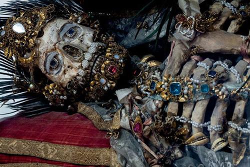 اجساد پر از جواهر با لباس های فاخر و جواهرات