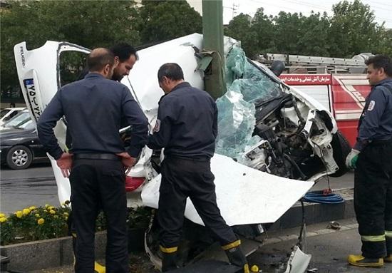 برخورد مرگبار زن جوان راننده با تیر چراغ برق