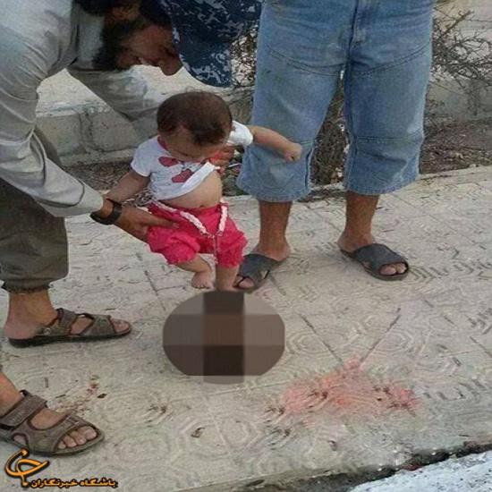 راه رفتن نوزاد یک داعشی روی سربریده عکس