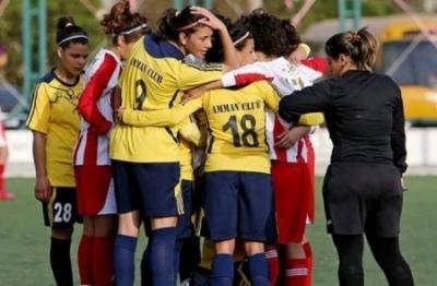 واکنش جالب بازیکنان فوتبال به افتادن حجاب یک فوتبالیست زن