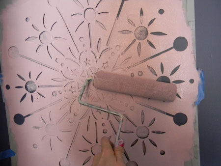 آموزش تکنیک استنسیل برای تزئین دیوارهای خالی