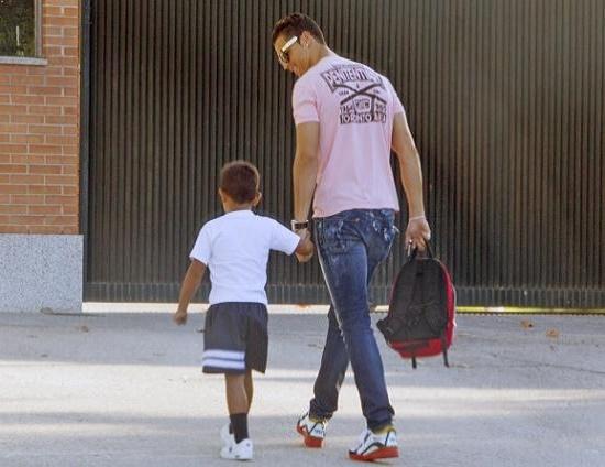 رونالدو با پسرش به مدرسه رفت  عکس