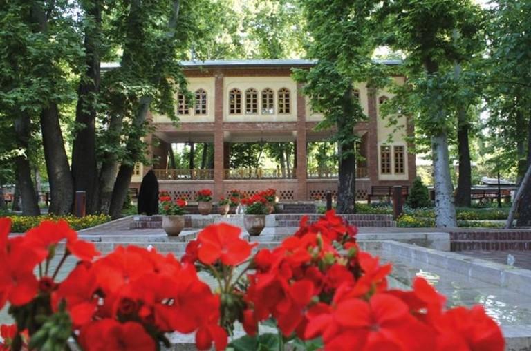 گشت وگذاردر باغ لاله ایرانی در تهران