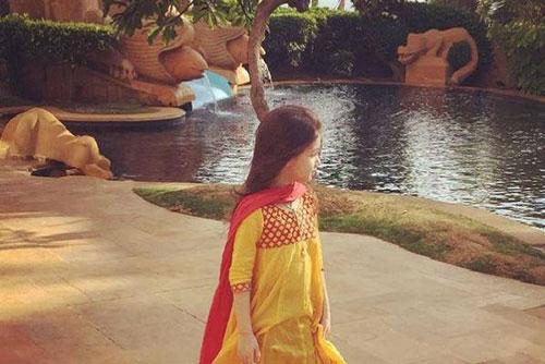 بارانا دختر بنیامین بهادری با لباس هندی! عکس