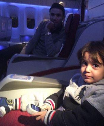 جواد نکونام و پسرش آریان در هواپیما عکس