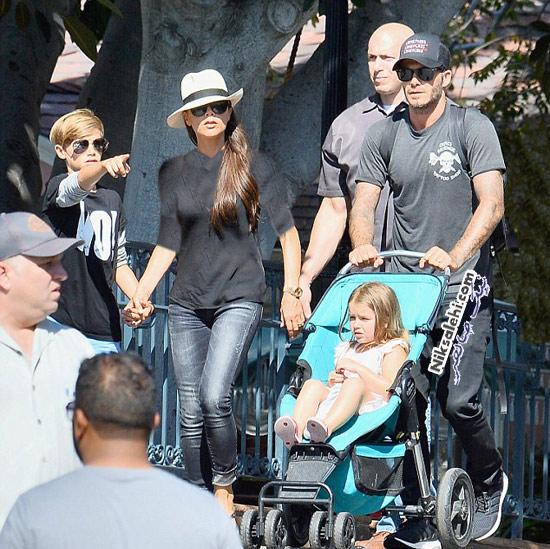 دیوید بکهام به همراه همسر و فرزندانش در دیزنی لند
