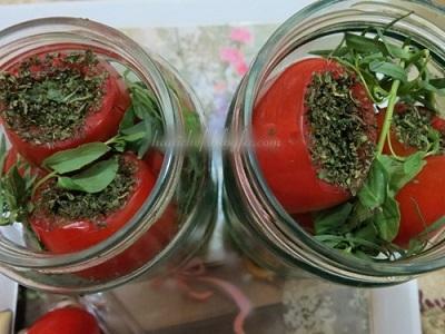 سفره هایتان را با این ترشی خوشمزه گوجه فرنگی پاییزی کنید! عکس