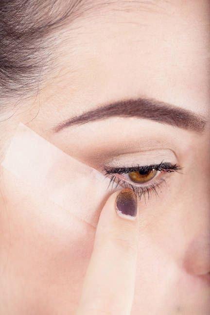 نحوه کشیدن خط چشم مایع با استفاده از نوار چسب تصاویر