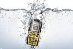 گوشی افتاده در آب را چه چگونه به حالت اولیه در بیاوریم؟!+ تصاویر
