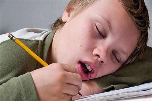 علت خارج شدن آب از دهان هنگام خواب