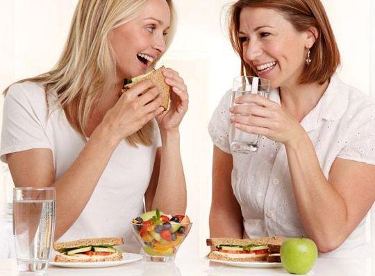 مضرات خوردن آب سرد بعد از غذا