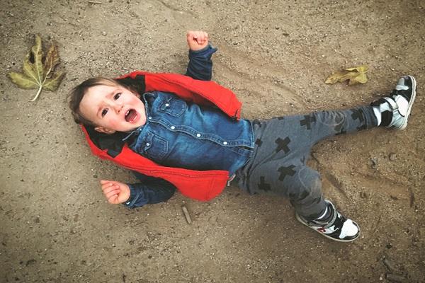 وقتی کودک با سر به زمین میخورد