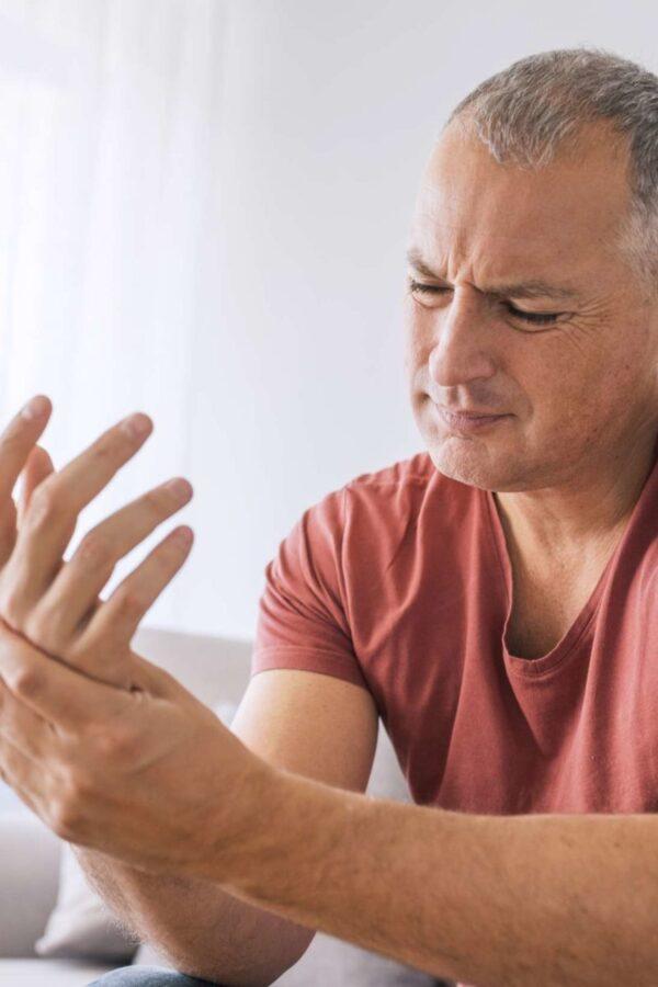 علت خواب رفتن انگشتان دست