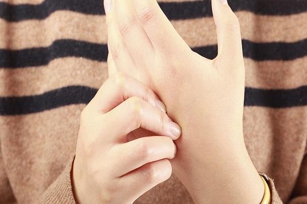 علت خواب رفتن انگشتان دست چیست؟