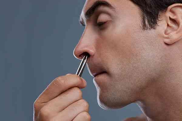 موی داخل گوش و بینی را فقط کوتاه کنید