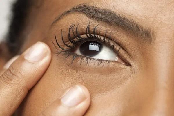 بهترین کرم دور چشم، مناسب سن شما کدام است؟