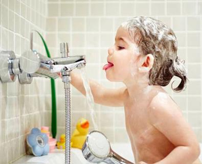 خوردن آب در حمام