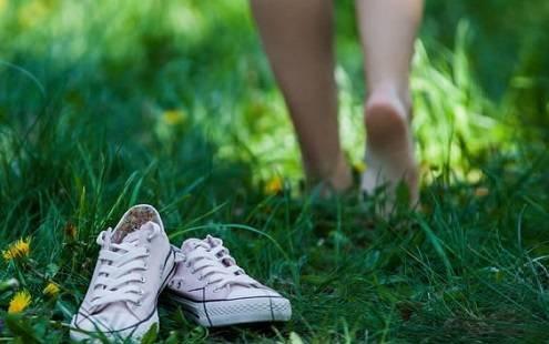 Image result for راه رفتن با پای برهنه