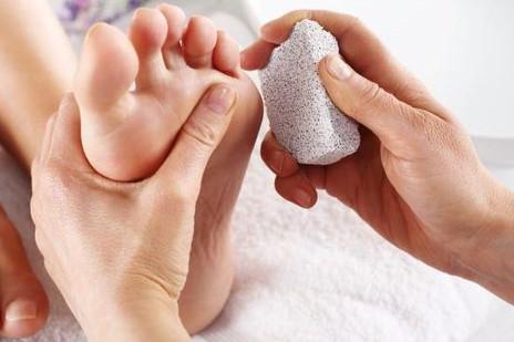 دلایل پوسته پوسته شدن پوست پاها و راه های درمان