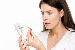 علت ریزش مو فصلی چیست؟ ریزش مو پاییزی را چطور درمان کنیم؟