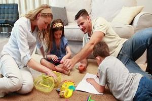 اعضای خانواده در بازیها با کودکان همراه شوند