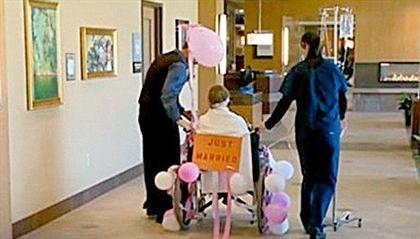 فداکاری عجیب یک مرد : ازدواج با دوست سرطانی خود در بیمارستان +عکس