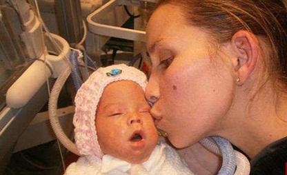 نوزادی که در آغوش مادرش دوباره زنده شد!+تصاویر
