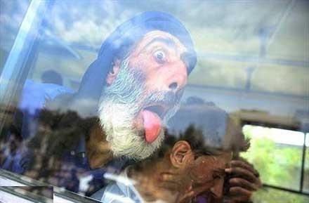 واکنش خنده دار یه معتاد ایرانی به دوربین