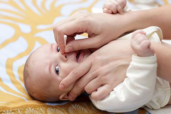 گرفتگی بینی کودک تازه به دنیا آمده خود را اینگونه تمیز کنید!