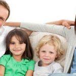 رفتارهایی که والدین باید از انجامشان مقابل کودکان خودداری کنند!