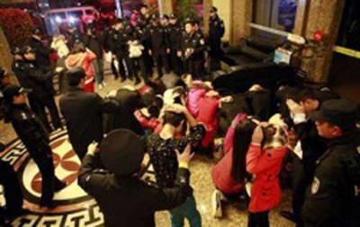 دستگیری پسران و دختران در خانه فحشا+عکس