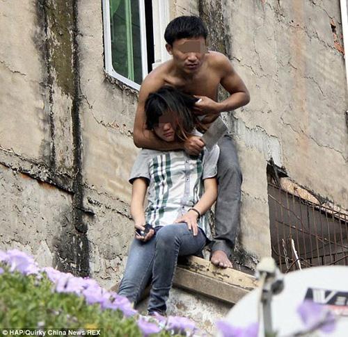 گروگان گیری دختر بیچاره با ساتور! +تصاویر