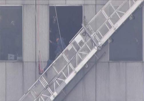 نجات معجزه آسای کارگر آویزان از آسمان خراش ۷۵ طبقه + عکس