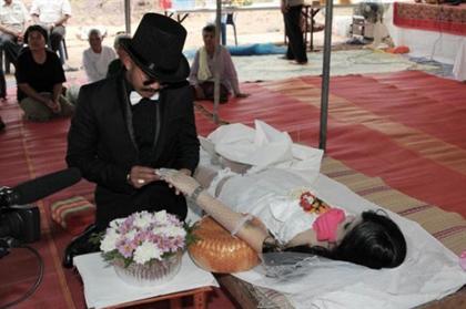 ازدواج عجیب مردی با معشوقه مرده اش! + عکس