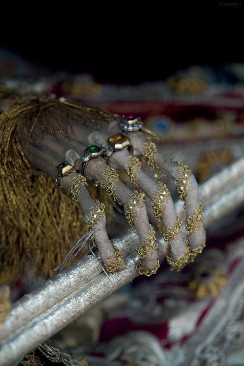 اجساد پر از جواهر با لباس های فاخر و جواهرات + تصاویر