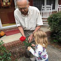 نجات پیرمرد ۸۲ ساله توسط دختر بچه ۴ ساله +تصاویر