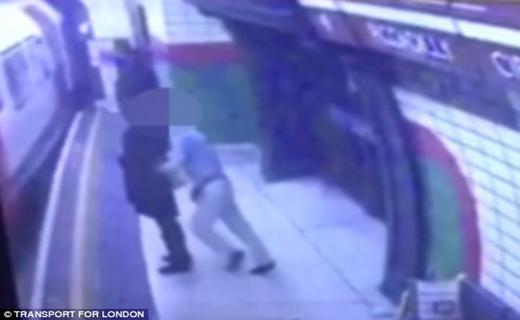 حمله وحشیانه مرد انگلیسی به یک دانشجوی محجبه + تصاویر