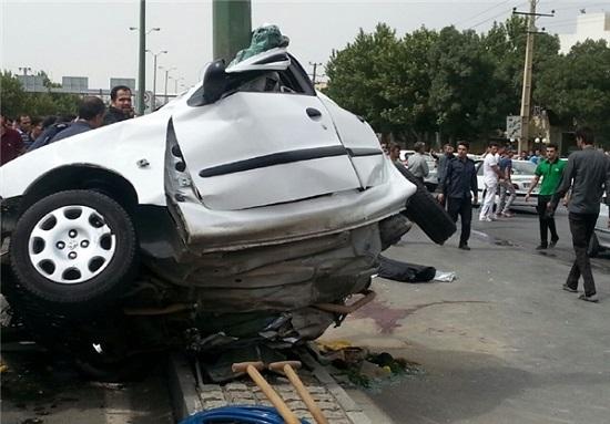برخورد مرگبار زن جوان راننده با تیر چراغ برق و پرتاب او به بیرون + تصاویر دلخراش