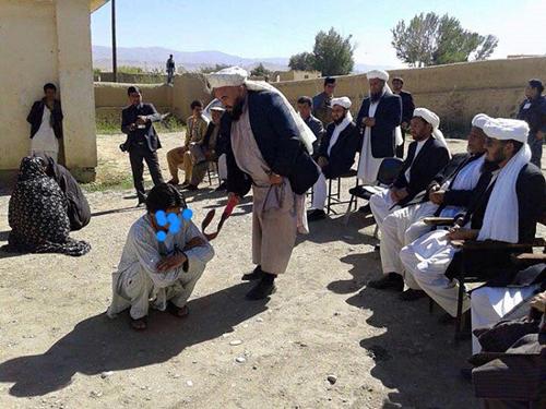 اجرای حکم شلاق پسر و دختر افغان به جرم زنا + تصاویر