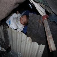 نوزاد کارتن خواب در سرمای زمستان نفس هایش پایان یافت! + عکس